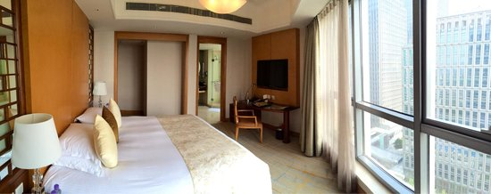 DoubleTree by Hilton Shanghai Pudong: Corner suite