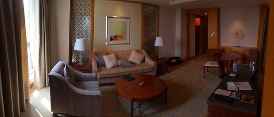 DoubleTree by Hilton Shanghai Pudong: Corner suite living room