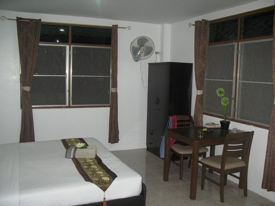 Similan Hotel: Room 4 Bedroom with dining area.