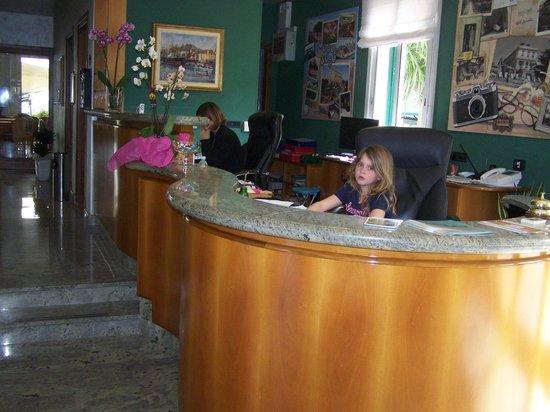 Hotel Gabriella: Le bureau d'accueil