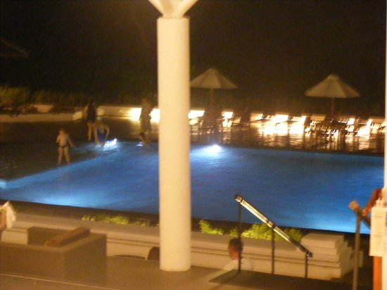 Cinnamon Citadel Kandy: The pool in the evening