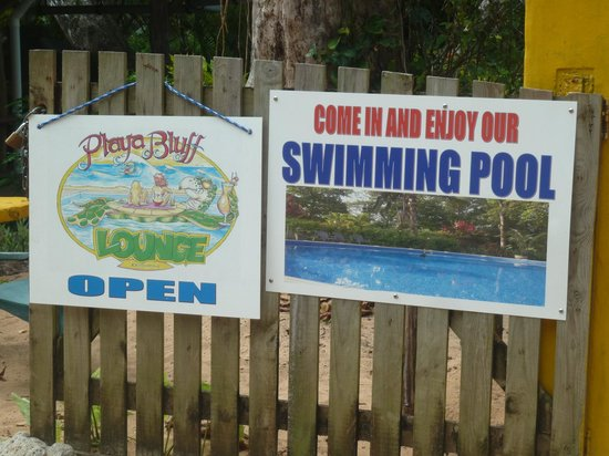 Playa Bluff Beach Restaurant: entrance