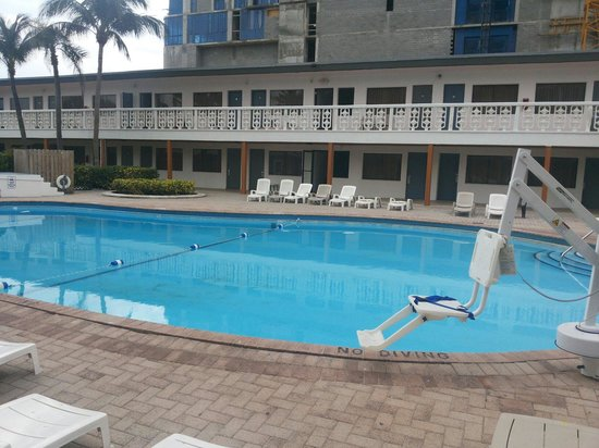 Travelodge Monaco N Miami and Sunny Isles Beach: Poscina com equipamento para pessoas com mobilidade reduzida