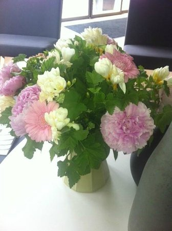 Hotel Apollon Montparnasse: bouquet dans l'entrée ! c'est aussi un signe de bon accueil ...