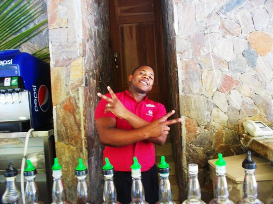 Majestic Colonial Punta Cana : Bartender at the Swim-up Bar