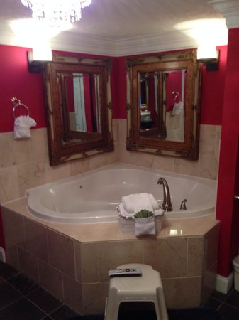 Mountain Harbor Inn Resort On the Lake: Jacuzzi suite
