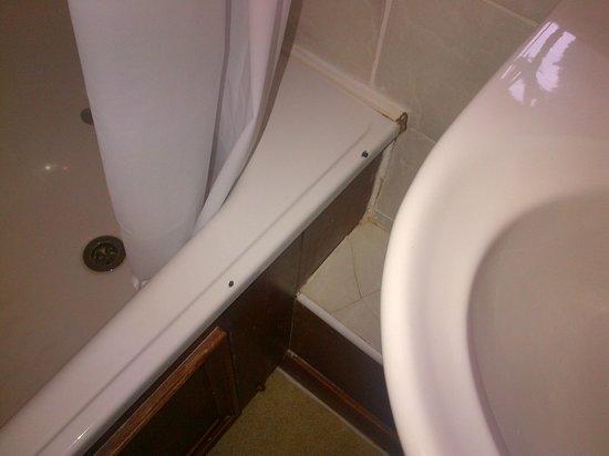 Macdonald Houstoun House: Chipped Bath