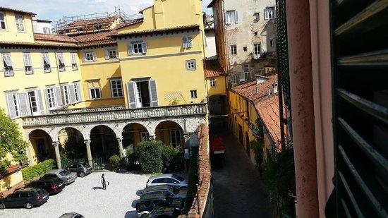 Alla Corte Degli Angeli: Gegenüber gleich der Parkplatz,in der Nacht verschlossen.