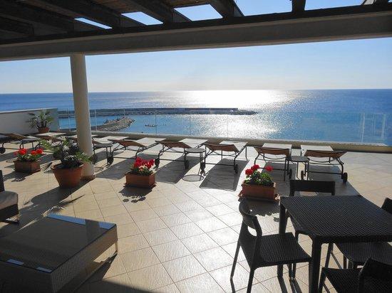 Hotel Cala Luna : terrasse solarium et vue incroyable