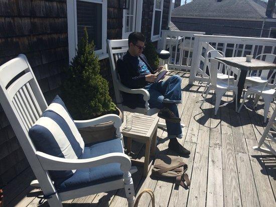 Salt House Inn: Sitting on the terrace in the sun.