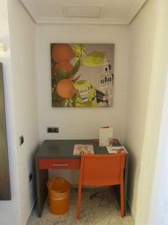 ILUNION Puerta de Triana : Schreibtisch im Zimmer