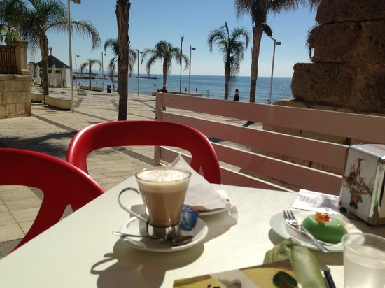 Caffe delle Rose : prima colazione...caffelatte e dolce