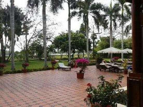 Victoria Can Tho Resort: lo spazio dedicato alla piscina ed al bar