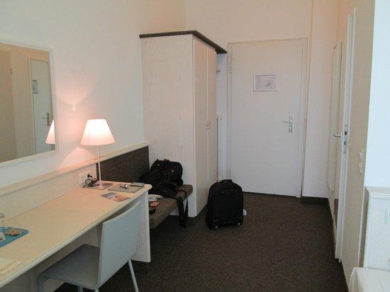 Design Hotel Stadt Rosenheim: view of the room door and wardrobe