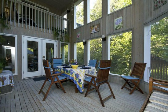Evergreen Gate Bed and Breakfast: Breakfast in the two-storey porch!