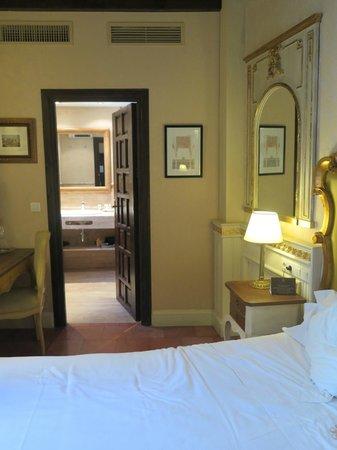 Hotel Casa 1800 Granada : room looking into the bathroom