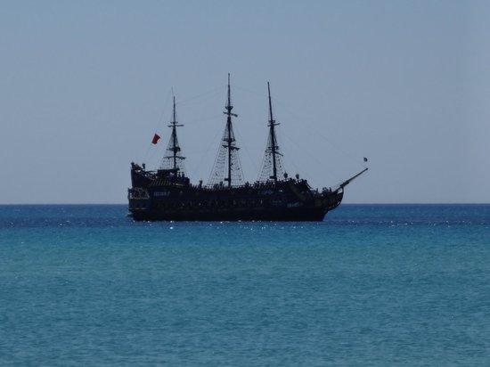 Hotel Movie Gate: bateau pirate ; plage de l'hôtel