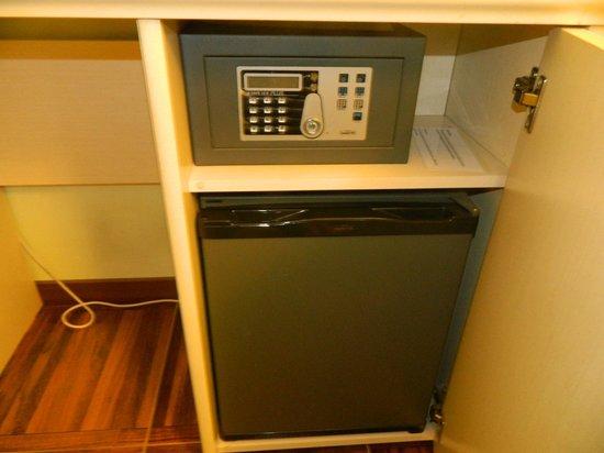 Locanda Navona: сейф, холодильник