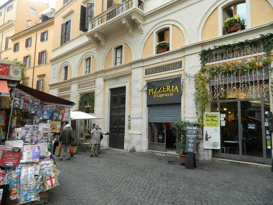 Locanda Navona: вход с улицы (рядом с пиццерией)