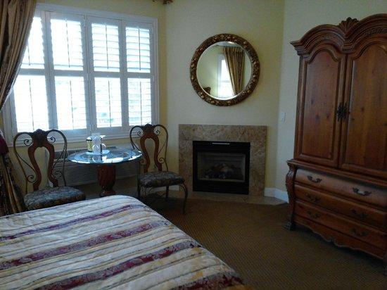 Bel Abri Napa Valley Inn: Fireplace in Bedroom