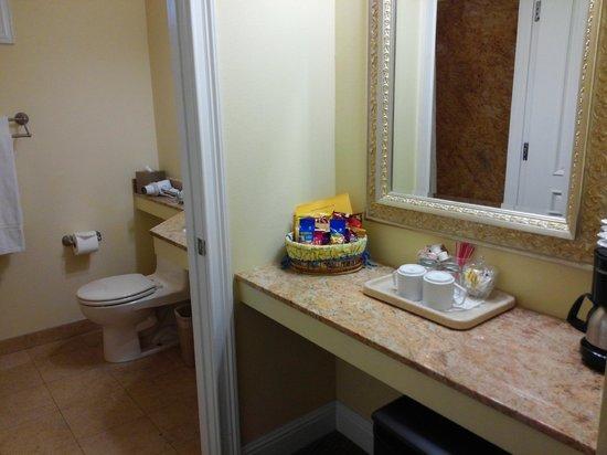 Bel Abri Napa Valley Inn: Bathroom and Coffee