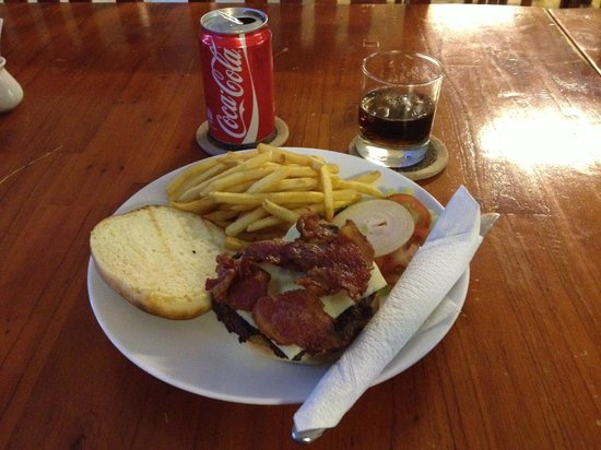 Winston's Burgers & Beer : burger with cola