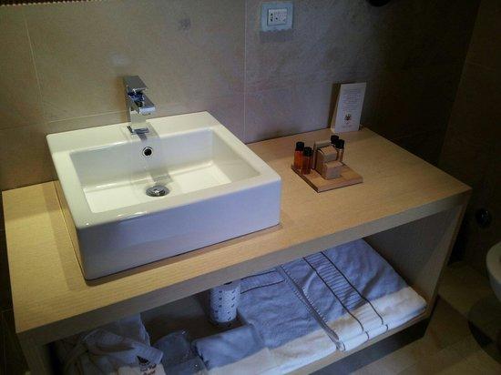 Grand Hotel Paradiso: Wash basin