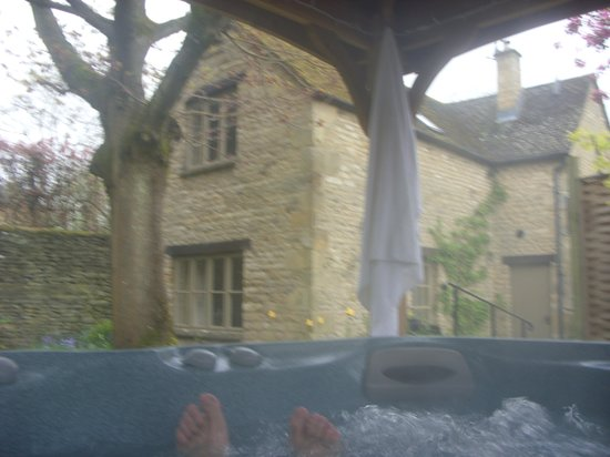 The Manor House Hotel: Hot tub at Apple cottage
