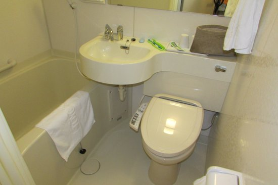 Toyoko Inn Kyoto Gojo-Omiya: The bathroom