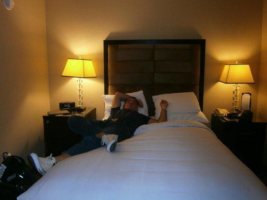Hotel Angeleno: Habitacion - CAMA MUUUUY CHICA