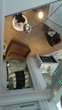 Hotel Tourisme Avenue: The lobby through the ceiling mirror