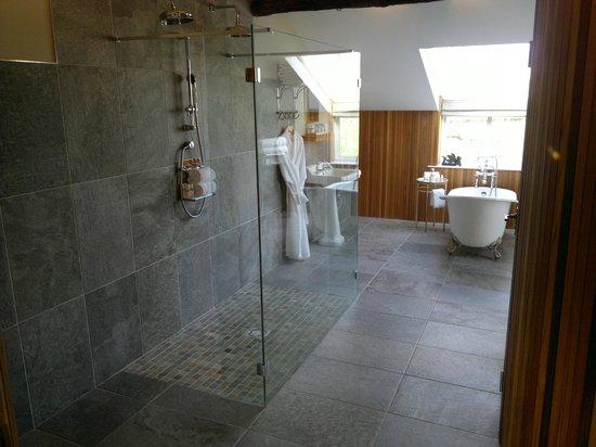 The Cartford Inn: Wet room and bath