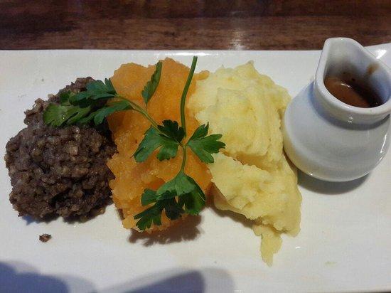 Abbey Inn : Картофельное и тыквенное пюре и что-то из фарша, с острым соусом.