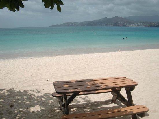 The Flamboyant Hotel & Villas: Vista desde el área del restaurante de playa del hotel