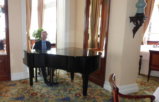The Table Bay Hotel: Pianist at breakfast