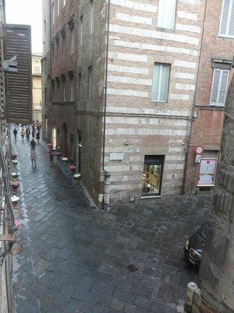 Albergo Cannon d'Oro: La rue depuis la chambre triple