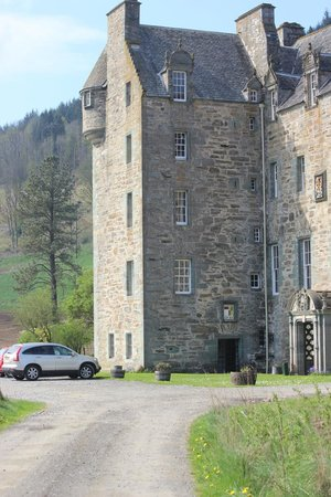 Castle Menzies: entrance road and parking
