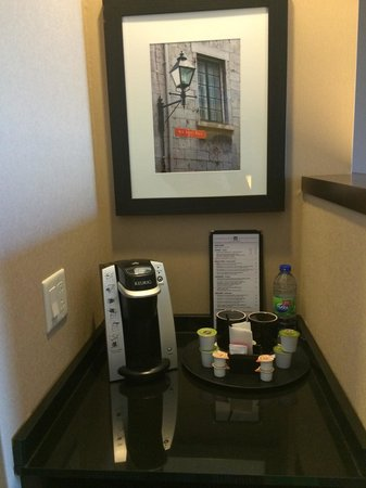 Courtyard Montreal Downtown : Keurig coffee center above the refrigerator in our room