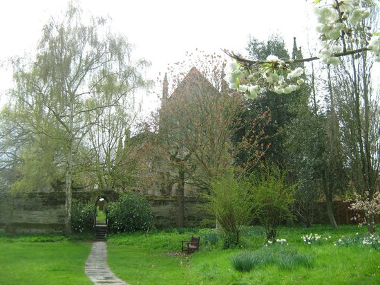 Priory Church of Saint Mary the Virgin: Little garden behind the church