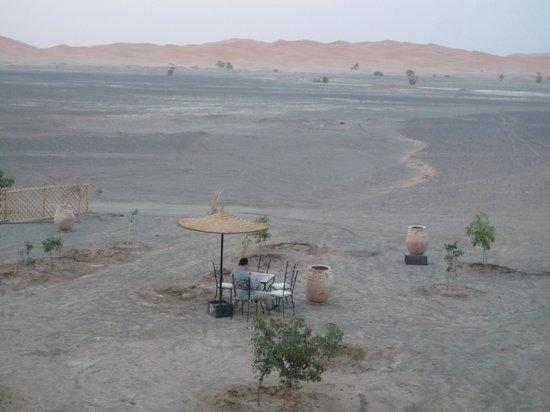 Riad Madu: Mesa en la puerta principal del Riad. Las dunas al fondo