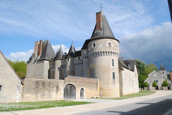 Chateau de Fougeres-sur-Bievre: Vue depuis la route