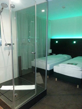 Fleming's Hotel Wien-Westbahnhof: Small room with shower in the middle.