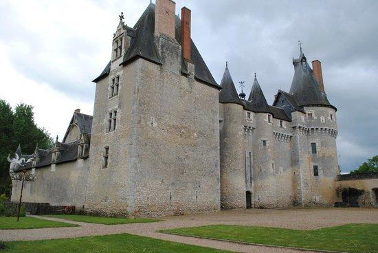 Chateau de Fougeres-sur-Bievre: Vue depuis l'entrée