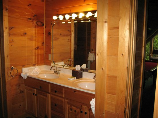 RiverStone Resort & Spa : Second floor bathroom with walk in shower and jacuzzi