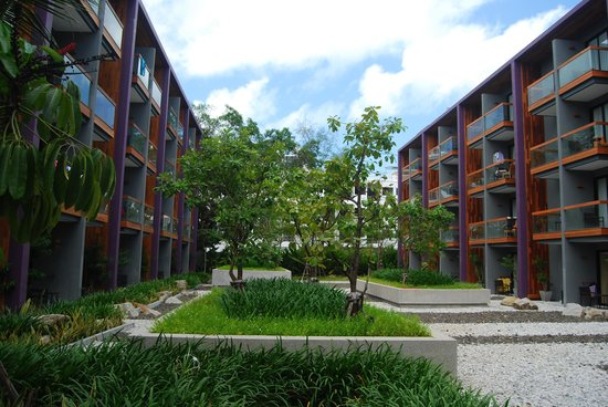Holiday Inn Express Phuket Patong Beach Central: landscaped courtyard between two blocks