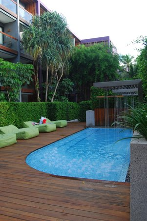 Holiday Inn Express Phuket Patong Beach Central: jaccuzzi and kids pool at a lower level