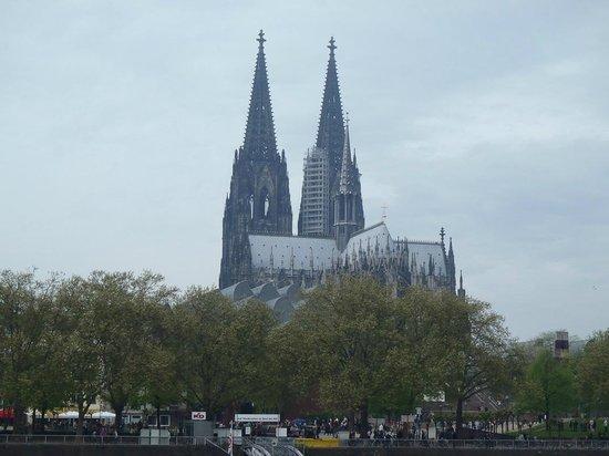 Kölner Dom: Вид на Кёльнский собор со стороны Рейна
