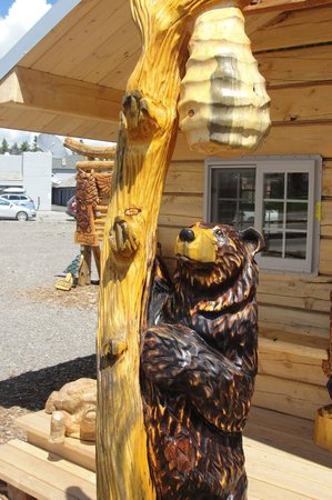 Soderlund's Wood Mill: Bear with beehive carving