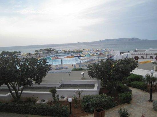 Mitsis Rinela Beach Resort & Spa: Pool mit Blick auf das Meer