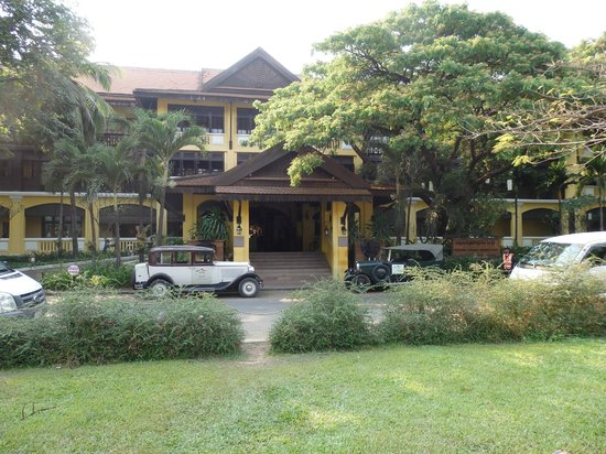 Victoria Angkor Resort & Spa : Hotel Main Entrance with old Citroen and Renault